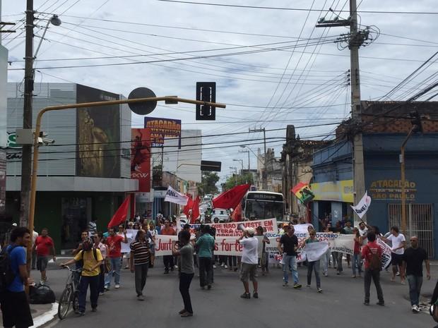 Caminhada de estudantes interrompeu trânsito no Centro, causando congestionamento (Foto: Paula Nunes/G1)
