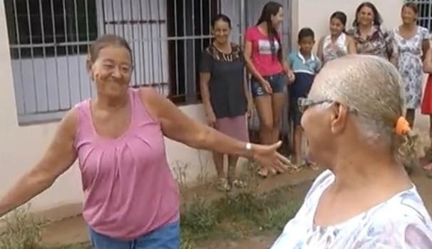 Maria Aparecida de Assis se emocionou muito quando soube do resultado do concurso (Foto: Reprodução Inter TV Grande Minas)