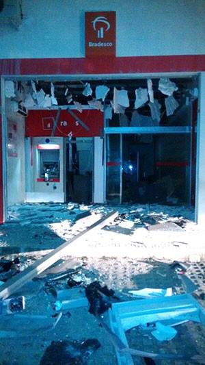 Agência do Bradesco de Monte Alegre  ficou parcialmente destruída com a força da explosão (Foto: Divulgação/Polícia Militar)