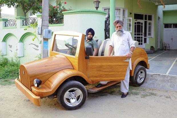 Mohinder Singh Lotay (dir) exibe ao lado do filho Amandeep Singh Lotay o carro de madeira (Foto: AFP)