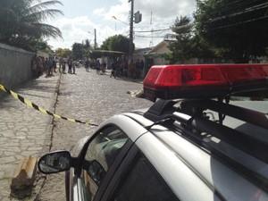 Detento foi assassinado poucos minutos depois de sair da Penitenciária Média de Mangabeira  (Foto: Walter Paparazzo/G1)