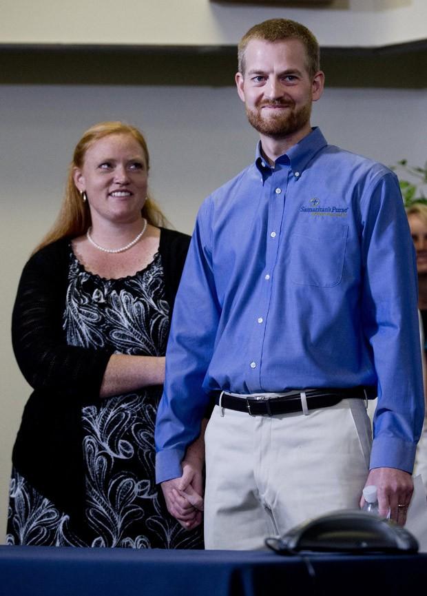 Kent Brantly, ao lado de sua mulher Amber, durante uma coletiva de imprensa; médico americano teve alta nesta quinta-feira do Hospital Universitário de Emory (Foto: AP Photo/John Bazemore)