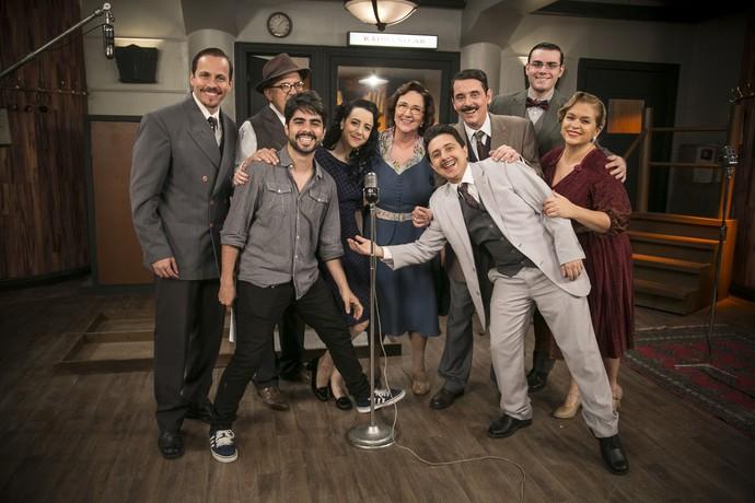 Elenco da radionovela Herança de Ódio posa ao lado do diretor Diego Morais (Foto: Raphael Dias / Gshow)