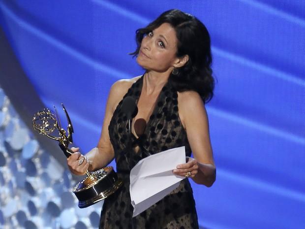 Julia Louis-Dreyfus recebe o Emmy de melhor atriz em série de comédia pela quinta vez seguida por 'Veep' (Foto: Mike Blake/Reuters)