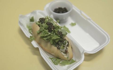 Sanduíche de linguiça regado na cachaça com chimichurri