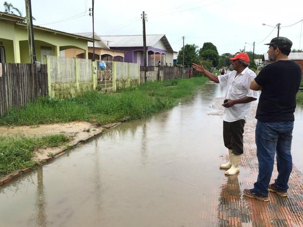Chuvas no fim de semana fizeram algusn açudes transbordar e invadir casas  (Foto: Jardy Lopes/Arquivo pessoal )