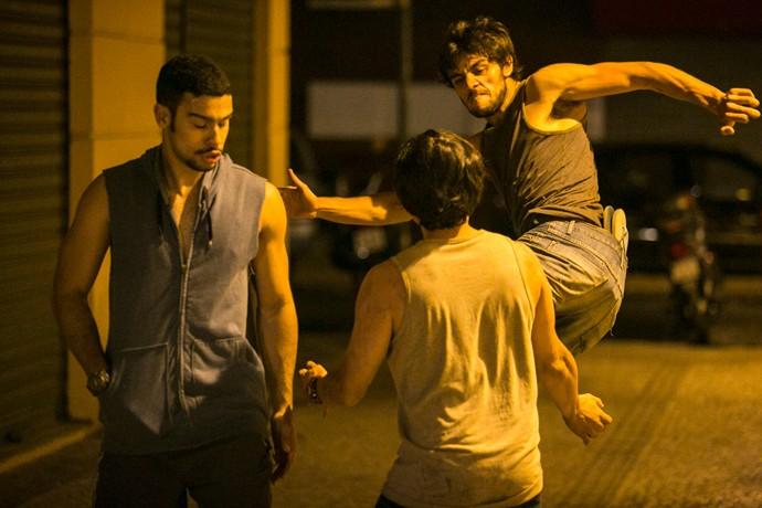 Jonatas já chega na voadora (Foto: Raphael Dias / Gshow)
