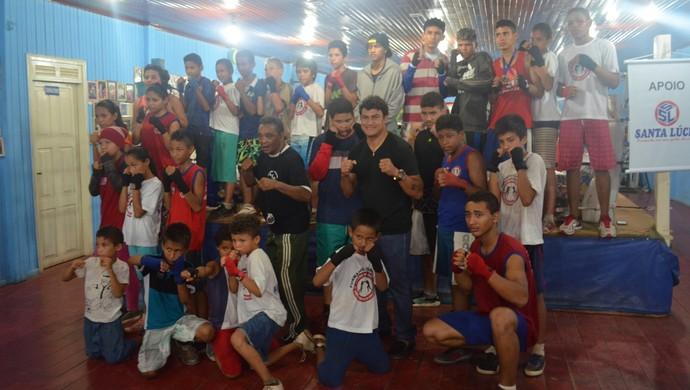 Popó visitando academia de boxe Nelson do Anjos; Amapá (Foto: Rafael Moreira/GE-AP)