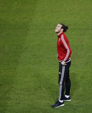 Gareth Bale olha para cima no estádio de Lille (Foto: REUTERS/Carl Recine)