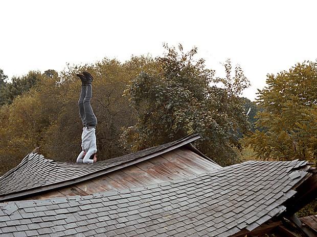 Fotógrafo se equilibra em telhado quebrado em Harford County, Maryland (Foto: Alex Wein/Divulgação)