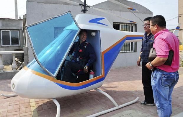 Pesquisadores observam helicóptero criado por Tian Shengying. (Foto: Sheng Li/Reuters)