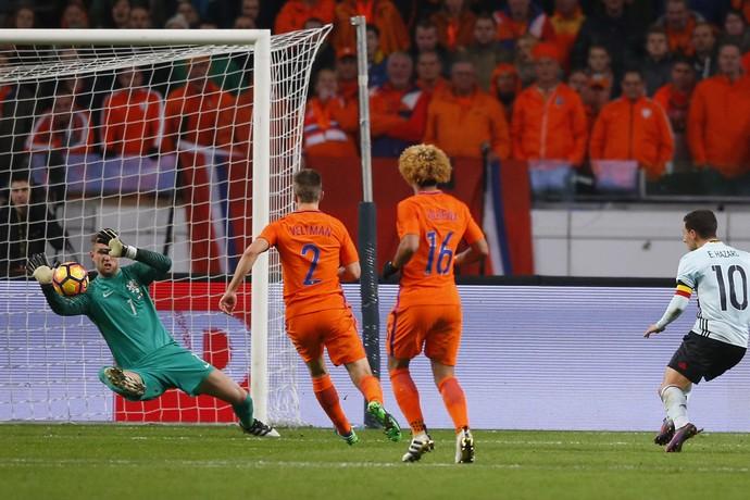 Stekelenburg defende chute de Hazard, Holanda x Bélgica (Foto: AP Photo/Peter Dejong)