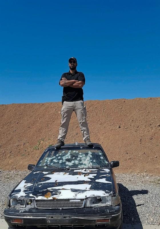 Ivo Carvalho no teto de um carro usado para treinamentos.Ele dá aulas para agentes americanos e cidadãos comuns (Foto: Divulgação)