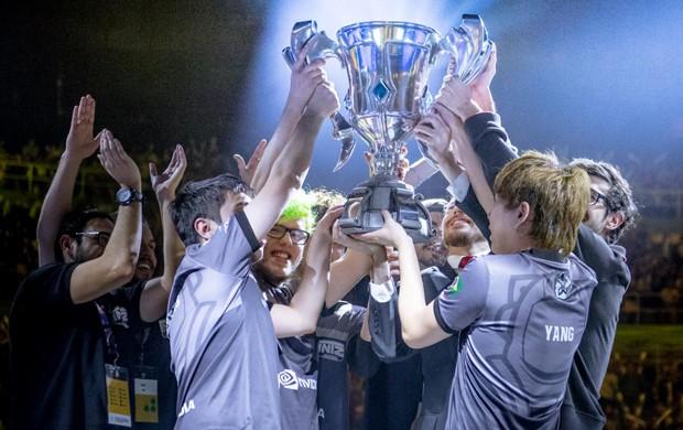 INTZ levanta taça do CBLoL 2016 após vitória no Ginásio do Ibirapuera (Foto: Divulgação/Riot Games)
