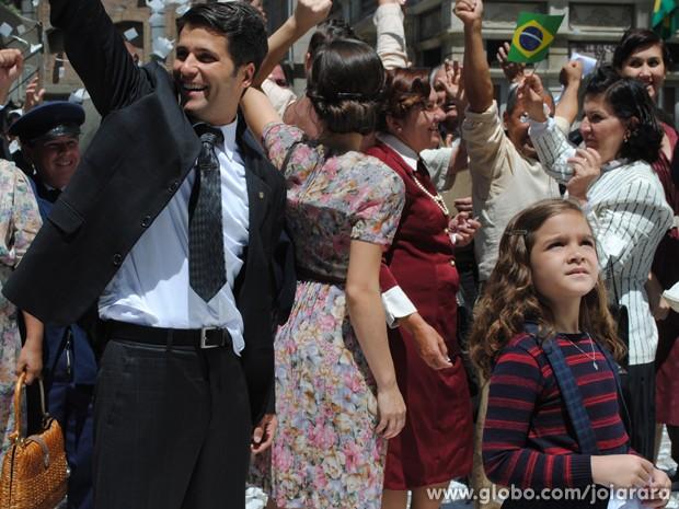 Em meio à comemoração, Pérola sente chegada de amigos (Foto: Joia Rara/ TV Globo)