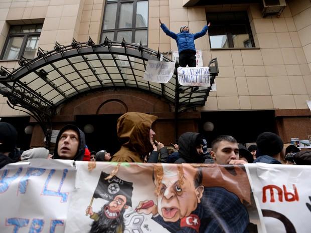 Embaixada da Turquia em Moscou é alvo de protesto nesta quarta-feira (25) (Foto: Kirill Kudryavtsev/AFP)