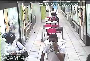 1f99dae028d Suspeito e comparsa entram em loja na capital (Foto  Reprodução TVCA)