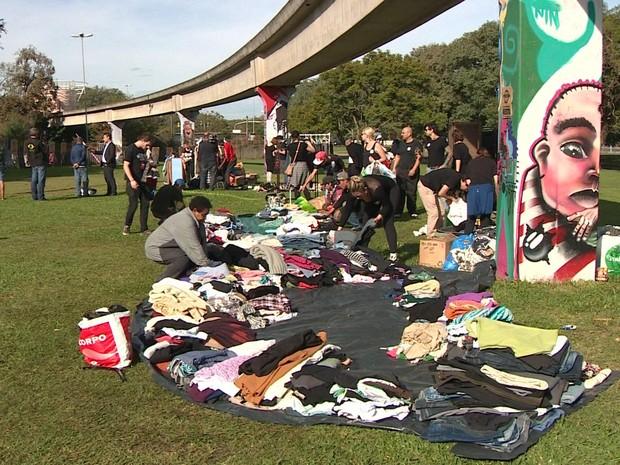 Moradores de rua podem escolher as roupas que desejam (Foto: Reprodução/RBS TV)