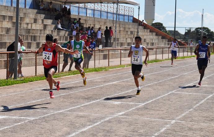 Provas de atletismo para menores foram disputadas na Vila Nasser (Foto: Edson Cavalli/Fams)