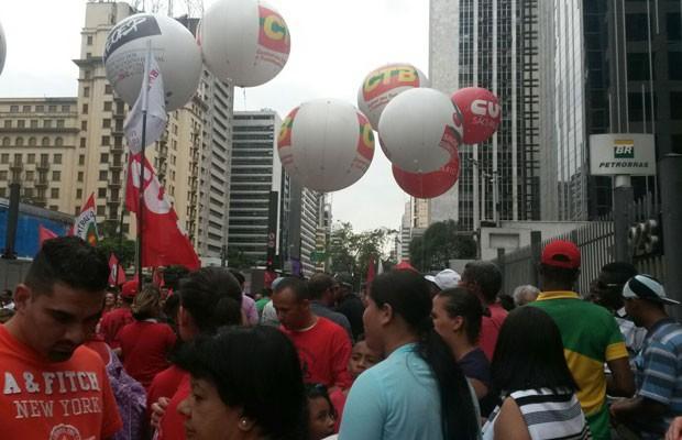 Manifestantes e membros de entidades sindicais e movimentos populares se concentram em frente à sede da Petrobras na Avenida Paulista (Foto: Gabriela Gonçalves/G1)