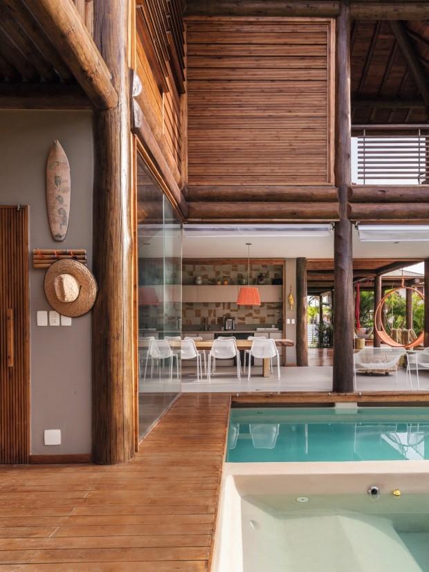Área externa. Com fechamento de vidro, a sauna é ligada à piscina. Criadas especialmente para a casa, as venezianas basculantes se transformaram em produtos da Oca Brasil (Foto: Victor Affaro / Editora Globo)
