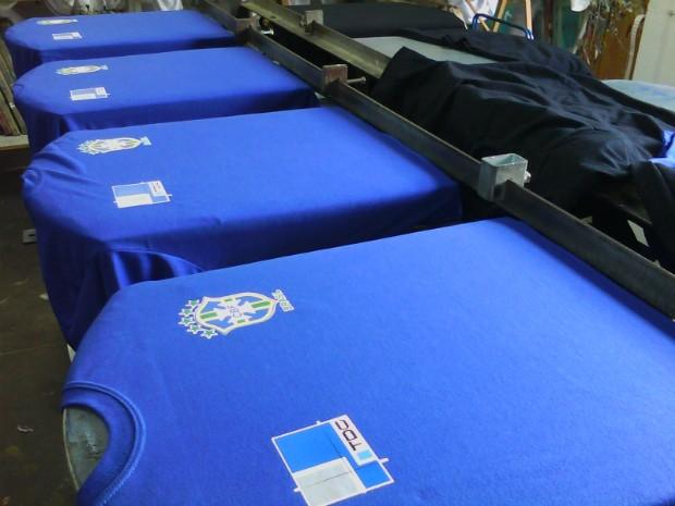 Empresas optam por levar as cores da bandeiras para os uniformes  (Foto: Cláudio Nascimento / TV TEM)