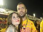 Alessandra Negrini curte desfiles na Sapucaí acompanhada do namorado