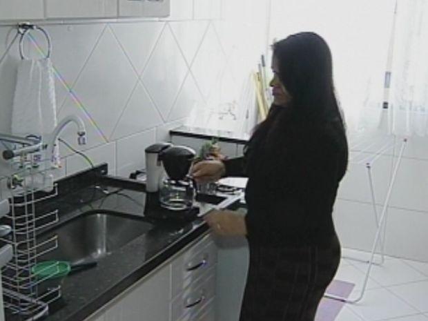 Cida prepara o café antes de começar o dia de trabalho.  (Foto: reprodução/TV Tem)