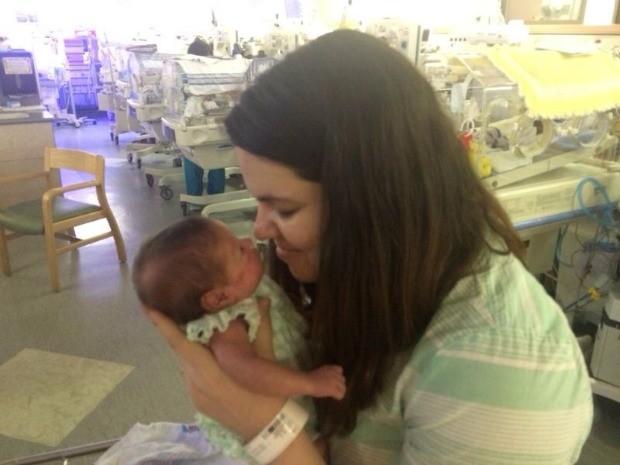Izabella segura Marina ainda durante o período na UTI no hospital norte-americano (Foto: Arquivo da Família)