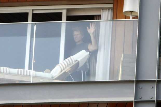 Bon Jovi na sacada do hotel (Foto: Gil Rodrigues/ Foto Rio News)