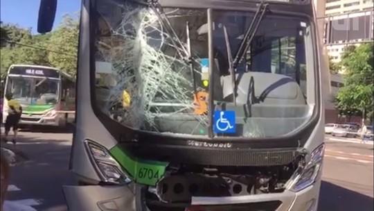 Ônibus bate em loja e três passageiros ficam feridos em Maringá