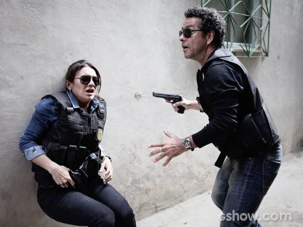 Rosa leva um tiro durante perseguição (Foto: Pedro Curi / TV Globo)