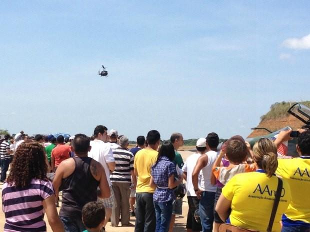 O público assitiu as manobras aéreas realizadas pelos pilotos da BAPV (Foto: Ivanete Damasceno/G1)