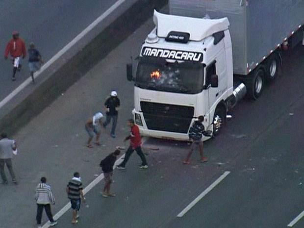 Caminhão é incendiado na Rodovia Fernão Dias (Foto: Reprodução/TV Globo)
