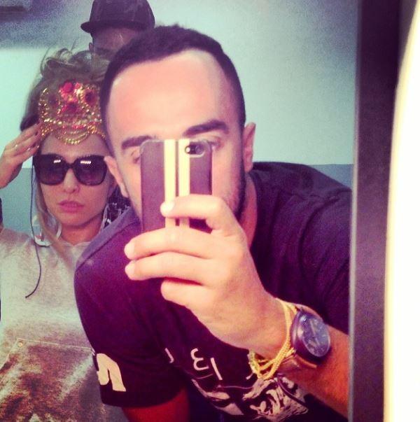 Sabrina Sato nos bastidores da gravação com o personal stylist Yan Acioli (Foto: Reprodução_Instagram)
