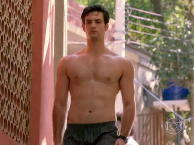 Sem camisa na semana de estreia, André se sente confortável (Foto: TV Globo)