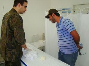 Pai do bebê, Felipe Carvalho, comemora o nascimento do filho (Foto: Divulgação/Força Aérea Brasileira)
