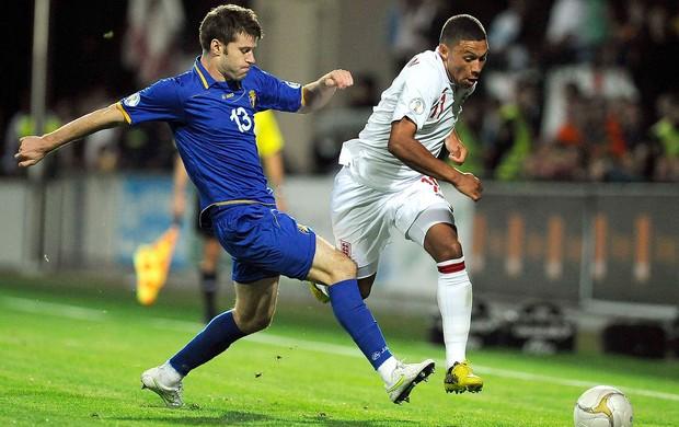 Semion Bulgaru e Alex Oxlade-Chamberlain, Moldávia x Inglaterra (Foto: Agência Reuters)
