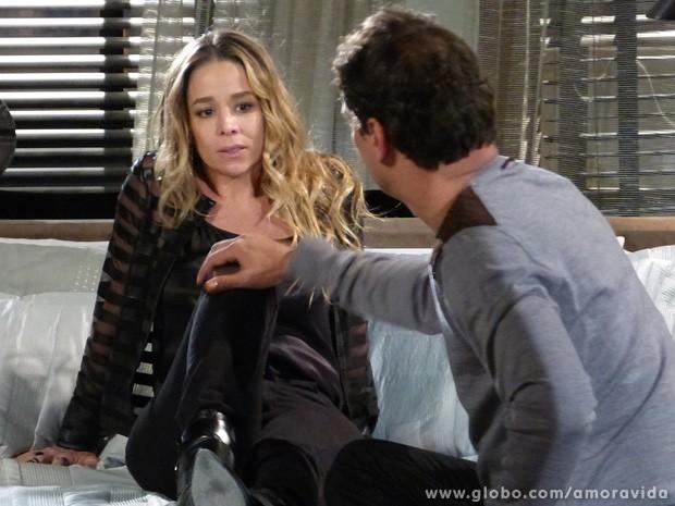 Constrangido por falhar na hora H, Eron tenta se explicar a Amarilys... (Foto: Amor à Vida / TV Globo)