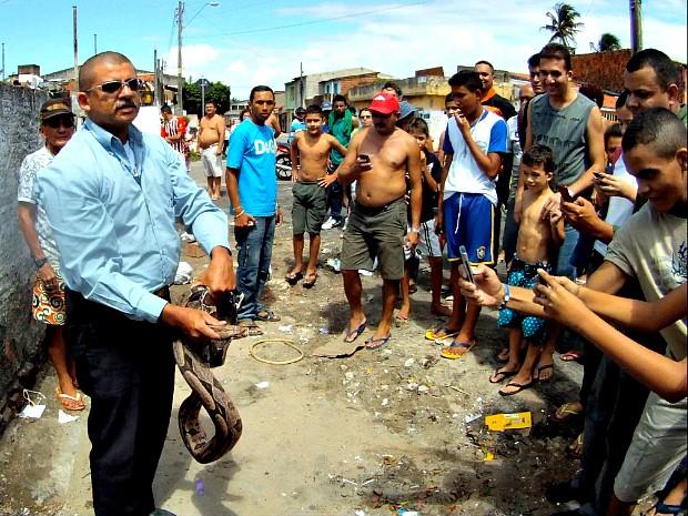 O Ibama foi chamado ao local, mas um dos moradores resolveu recolher a cobra e jogar no parque ecológico do Cocó, de acordo com equipe da TV Verdes Mares que esteve no bairro (Foto: TV Verdes Mares/Reprodução)