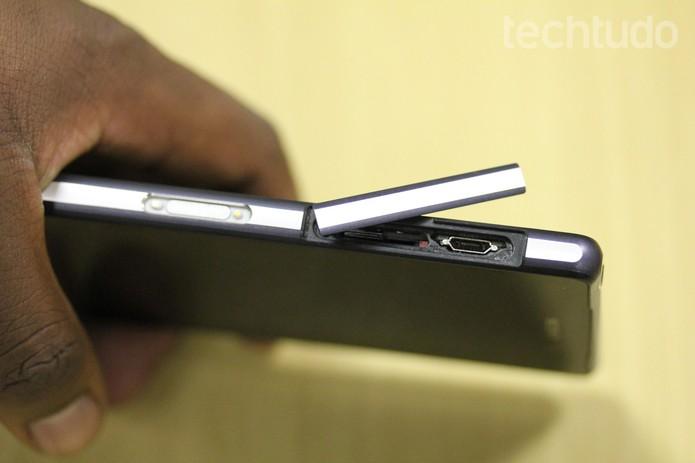 Puxe a tampa para abrir a entrada do Xperia Z2 (Foto: Carol Danelli/TechTudo)
