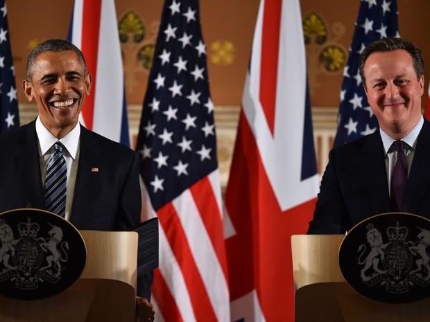 O presidente dos EUA, Barack Obama, e o primeiro-ministro britânico, David Cameron, sorriem durante coletiva conjunta em Londres, na sexta (22) (Foto: AFP Photo/Ben Stansall)