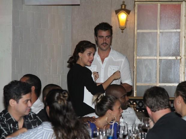 Joaquim Lopes e Paloma Bernardi em restaurante na Zona Oeste do Rio (Foto: Thyago Andrade/ Foto Rio News)
