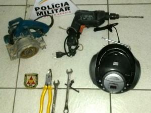 aparelho de som ferramentas bairro São José Divinópolis MG roubo (Foto: Polícia Militar/Divulgação)