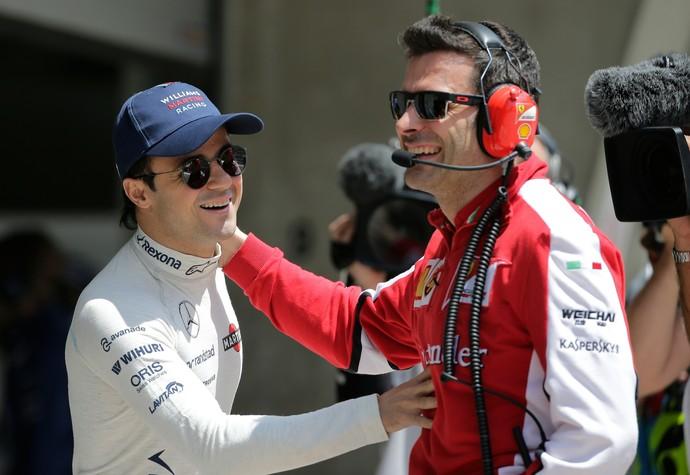 Felipe Massa com funcionário da Ferrari - treino GP da China Fórmula 1 (Foto: AP)