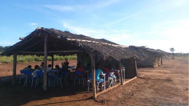 A primeira aula do biólogo começou às 19h, mas os alunos o esperavam desde as 4h (Foto: Felipe Oliveira Jacinto/Divulgação)