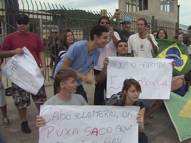 Grupo de jovens protesta em frente ao Paço Municipal de Guarujá (Foto: Reprodução/TV Tribuna)