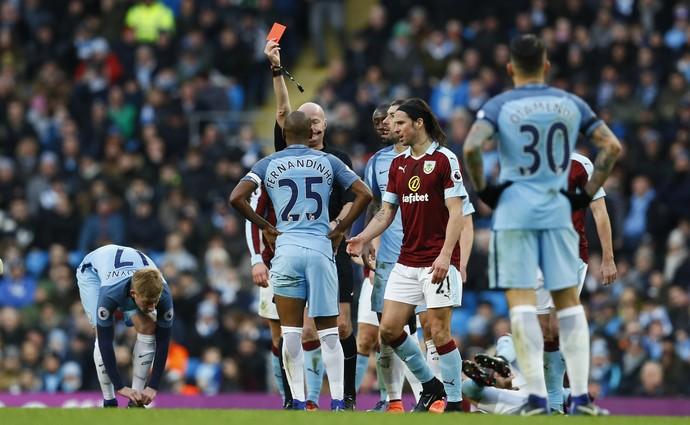 Fernandinho cartão vermelho Manchester City x Burnley (Foto: Reuters)