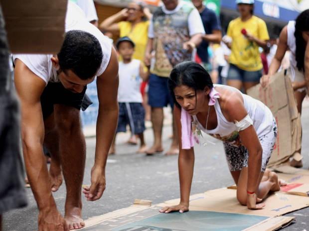 Para agradecer saúde dos filhos, devota acompanhou a procissão com joelhos e mãos no chão. (Foto: Ingrid Bico/ G1 PA)
