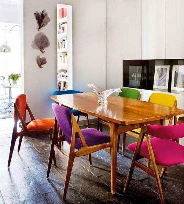 D cor do dia mesa antiga e colorida casa vogue d cor for Sala de estar retro vintage